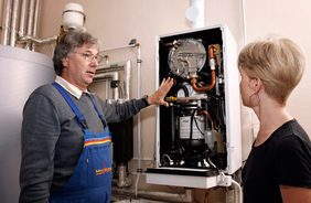 Bei der Heizungsmodernisierung sollten das optimale Heizungssystem und die Fördermittel mit dem Fachhandwerker besprochen werden. Weitere Informationen dazu finden sich im Servicebereich unter www.freie-waerme.de
